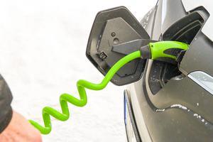 Sven-Erik Dahlgren på Härjeåns kör elbil i tjänsten. Om batteriet är tomt laddar bilen 80 procent av batteriet på 30 minuter. Kostnad: Ungefär 20 kronor.