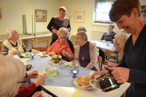 På måndagar ordnar Röda Korskretsen i Guldsmedshyttan med Tantkafé, en trevlig och omtyckt tillställning, med olika teman. Nu var det