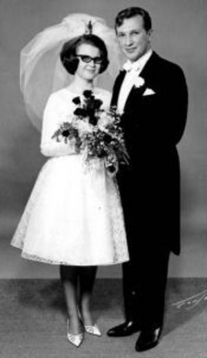 Åsa, född Eriksson, och Christer Flykt, Laggarberg, firar rubinbröllop. Vigseln ägde rum i Säbrå kyrka den 5 november 1965. Vigselförrättare var Hugo Angerbjörn. Åsa kommer ursprungligen från Älandsbro och Christer från Sörberge.Foto: Forslunds Foto, Härnösand