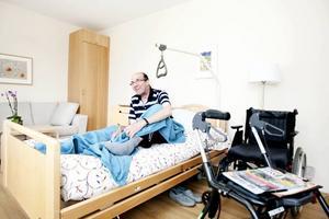 Age Hallin har precis checkat in på hospicet. Här är fortfarande så frisk att han kan bo hemma halva tiden och bor på hospicet den andra halvan för att familjen ska få lite avlastning. Det är smärtsamt att acceptera att man behöver vara på ett hospice men Age tycker i alla fall att det är det näst bästa när han inte kan vara hemma.