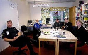Urban Schill, polisen, informerade ungdomar på individuella programmet på måndagen. Jacob, Johan och Daniel hörde till dom. Karina Nordgren från församlingen deltog också.