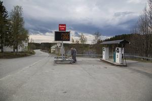 Den nya bensinskylten har nyligen tänts, nu kan man inte gå miste om att det finns en bensinstation i Kluk.