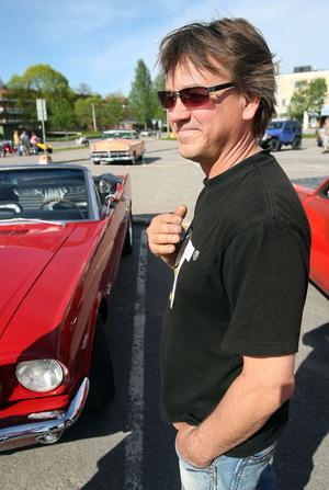 Hans Lindström, från Gävle, passade på att kolla in andra bilar samtidigt som hans egen Ford Mustang från 1966 fick följa med.