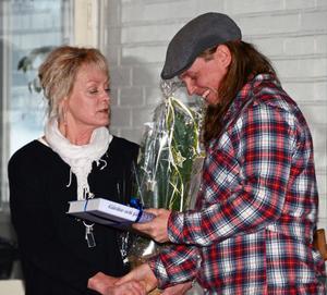 Kommunfullmäktiges ordförande Bitte Lindberg-Ås uppvaktade Årets miljökämpe Sebastian Kirppu.