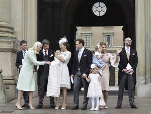 Bollnäs bandykung Hans Åström, längst till vänster, fick ta plats på Slottsbacken med kungligheterna. Med på bilden är även Norges kronprinsessa Mette-Marit, Danmarks kronprins Frederik, kronprinsessan Victoria med dopbarnet Oscar i famnen, prins Daniel, prinsessan Estelle, prinsessan Madeleine med dottern Leonore samt kungabarnens kusin Oscar Magnuson.
