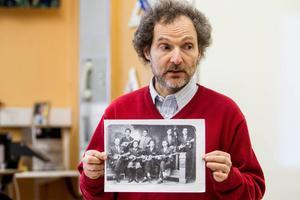 Semmy Stahlhammar med den enda bilden som finns kvar på originalgruppen Stahlhammer Klezmer ensemble.