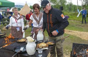 Ulf Wedin ansvarade för smeten och trivdes bra bland damerna som gräddade kolbullar. Kari Myhr, Anneli Myhr och Ulf Wedin.