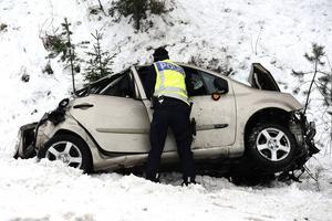 Bilen har i hög fart kört av vägen, genom ett vägräcke och sedan flugit 45 meter i luften innan den landade i en ravin.