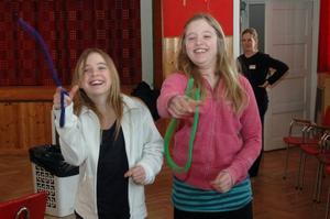Tvillingarna Fanny och Linnéa Gustavsson, 10 år, Yttrö, fixar reptricket.