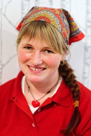 Nathalie Persson har tidigare arbetat som kock och bagare på Storhogna högfjällshotell. Nu ansvarar hon för tårttillverkningen på Klövsjö stenugnsbageri.