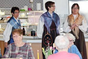 Uppklädda i hembygdsdräkt var  Helén Wallström, Kristina Gradin Grubb och Marie Backman.