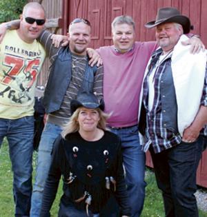 Vinterblygseln var sedan länge borttöad. Det var inte svårt att få sommaruppsluppna glada personer att ställa upp på bild. Bild: Morgongåva Bild & Foto.