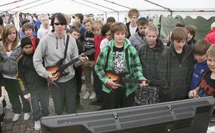 Kalle Jansson och Oskar Eliasson tävlade i Guitar Hero medan talangerna spelade på scenen.