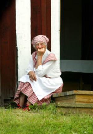 Anna-Lisa Simonsson tog en paus från tunnbrödbaket och satte sig på trappan för att njuta av musiken och utsiken en stund.