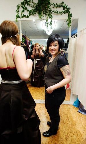 Amanda Arnesson faller till slut för en mörkbrun klänning. Hon tror att modevisningen blir en nyttig erfarenhet.