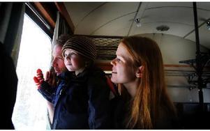 Anna Frisk, Peter Fällgren och Alfred, 2 år, från Falun, tycker det är spännande de att åka med det gamla museitåget. Alfred tittar ut genom fönstret på vägen.