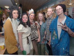 Så här granna var Erica Hallstensson, Lina Ahl, Desirée Färdigs, Amanda Sjölin, Madelene Märges och Karin Berglund. De skulle sjunga och dansa vid programmet i Aulan.