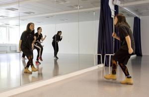 Repetition. Shirley repeterar koreografin med sina studenter innan det är dags för filminspelning.
