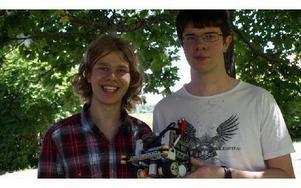 Fredrik Löfgren och Jon Dybeck, båda 18 år från Gagnef deltog i Robocup i Singapore och kom sexa av 60 tävlande lag. FOTO: ANGELICA LINDVALL
