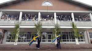 Sjung om studentens lyckliga dar. Studenterna gjorde sin sedvanliga entré på gymnasiets balkong.