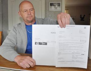 På bilden syns en personbil och även registreringsnumret syns tydligt, det stämmer inte med Ulf Jonssons timmerbil.