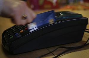 Sverige är sent ute när det gäller att byta till nya, säkra kortterminaler. Inte minst de stora butikskedjorna. Men om ett par månader ska samtliga 120 000 terminaler i landets butiker ha chipläsare, tror Svensk Handel.