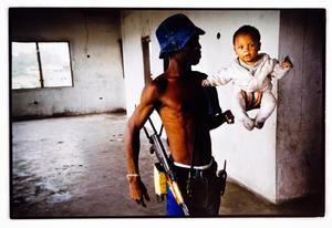 Martin Adler fotograferade en soldat och en bebis i Liberia.