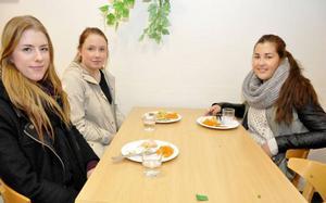 Malin Bengtsson, Moa Jansson och Elenor Åhman på hantverksprogrammet är inte helt nöjda med skolmaten.