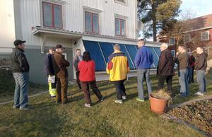Många är intresserade av att få tips och råd om hur man bäst värmer upp sina hus. Här har deltagarna vid en pannrumssafari samlats framför solpanelen vid Bomarks för att lyssna på energirådgivaren Olle Berglund och värden Tage Bomark.