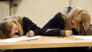 Se sån stil dom har.Moa Sjöholm och Ellen Gustavsson i författartagen.