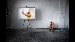 Glada själfporträtt på nätet visar inte hela bilden. Ibland finns ett mörker bakom datorskärmen. Foto: Björn Liljegrääs.