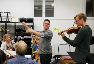 Dirigent och solist, Magnus Larsson och Joel Nyman i aktion under repetitionen med SHOF i Bollnäs.