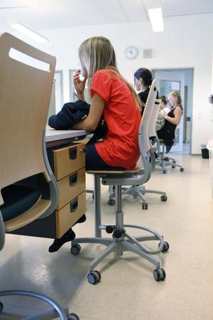 På de nya stolarna kan eleverna åka, snurra och gunga. Hurtsarna ger fina förvaringsmöjligheter.