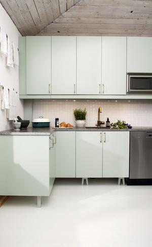 För den som önskar färg finns det en mild färgskala som för tankarna till 1950-talet med dämpade gröna och blå pasteller. Det här köket är målat i Alcros kulör vårvinter.