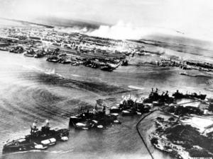 Den amerikanska krigsmakten togs på sängen vid det japanska anfallet mot Pearl Harbor 7 december 1941. Det här fotot, taget från ett japanskt flygplan, visar hur de amerikanska fartygen ligger på rad precis före attacken. Arkivbild.   Foto: AP