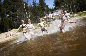 Bad. Linnéa, Niclas, Tove, Anna och Fredrik sprang under glada rop ut i Dammsjön. De var långt i från ensamma under helgen. Många passade på att ta säsongens första dopp.