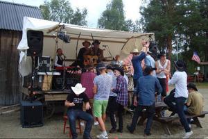 Ett gäng pojkar från Ljusdal dansar glatt till musik av Pekis och E-Trio.