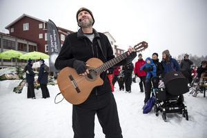 Trubadur Sperling underhöll jubileumsdeltagarna med sång och gitarr.