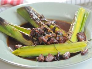 Korv kan även fungera som en skön smakgivare. Här får het chorizo ge smak åt grillad purjo.