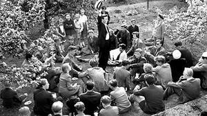 Nyblivna studenter firar någon gång på 50-talet. Kamraterna är försedda med tårta, och de yngre barnen tittar på.