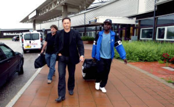 GIF:s tränare Jan Halvor Halvorsen och klubbchefen Urban Hagblom mötte upp på Midlanda och tog emot den kanadensiske landslagsmannen Ali Gerba.