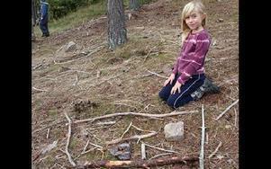 Med material som eleverna hittade i skogen skulle olika geometriska figurer skapas, Fanny Brännström hade byggt en rektangel.FOTO: MIKAEL ERIKSSON