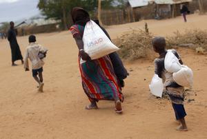Världens ledare måste förhindra att coronakrisen ersätts av en humanitär kris, skriver debattören.