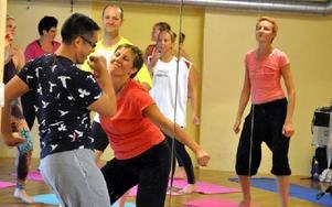 """Det blev succé för yogaveckan """"Forrest Yoga Summer Camp"""" i Säter. Arrangören Helena Atkinson, som här tar en svängom med instruktören Jambo Truong, är nöjd. Foto: Pär Sönnert/DT"""