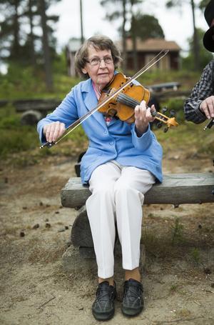 Greta Skoglund har spelat fiol sedan hon var tolv år gammal. – Skolläraren ville att vi som hade skulle ta med fiol till skolan. Så då var vi bra många elever som spelade. Men jag tror nog att jag är den ende som fortfarande spelar idag, säger hon.