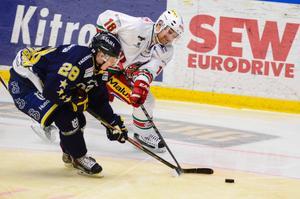 Mattias Ritola i kamp med HV 71:s Anton Bengtsson under onsdagens möte i Kinnarps Arena.