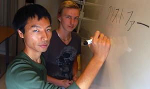 Läraren Toshihide Shirahama visar hur Christoffer Gråd skriver sitt namn på japanska. Foto:Hans Olander