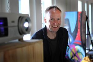Lennart Plahns park har väckt engagemang, bland annat hos Bernhard Wästheinrich från Berlin som passar på att använda veckorna i Ljusne till att färdigställa bildprojektionerna till en musikföreställning i Philadelphia USA.