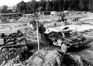 Bygge på G. Bilden är från slutet av femtiotalet. Bottenplattor gjuts, och Bedfordbilen från Nya Expressen lastas med schaktmassor. BILDKÄLLA: LARS ÅKE KARLSSON