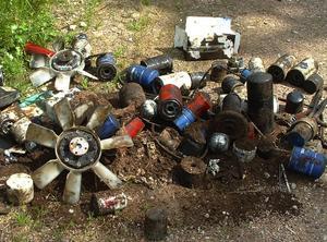 Miljöfarligt gods. Bara någon enstaka kilometer norr om Garsås hittades under fredagen en hög med miljöfarligt avfall. Foto:Privat